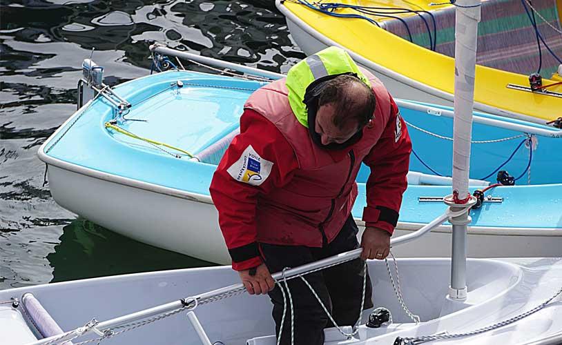 Las prendas de ropa para navegar en una travesía en verano